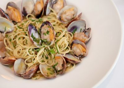LINGUINE ALLE VONGOLE Linguine Pasta with Fresh Baby Clams, Garlic and White Wine Sauce